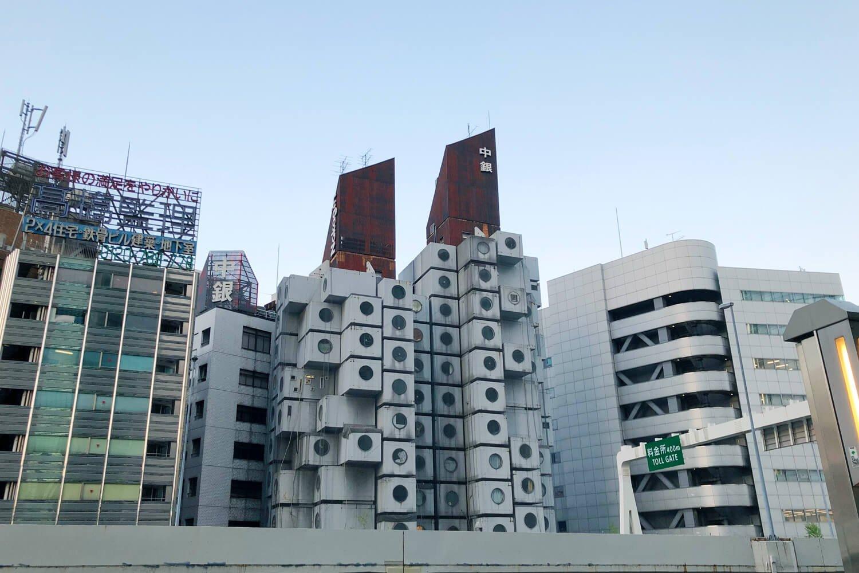 左がB棟、右がA棟。レゴブロックみたいな四角ひとつひとつが部屋になっている。
