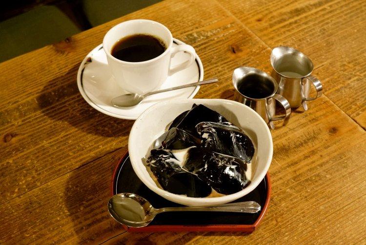 直火式焙煎にこだわったコーヒーとともに喫煙もできる喫茶店『神田伯剌西爾』