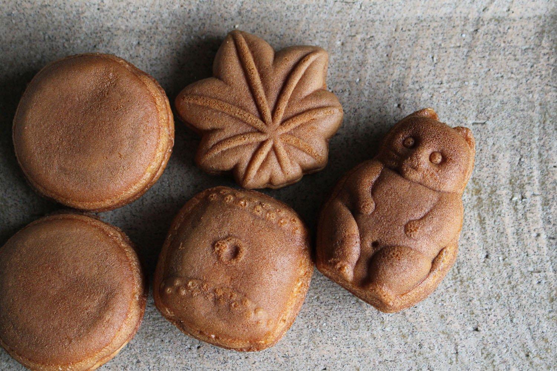 現在の『山田家』の人形焼は4種類。右から反時計回りに狸(130円)、紅葉(38円)、三笠山(92円)×2、太鼓(103円)。