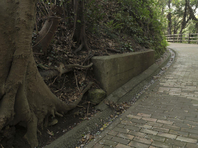 散策道に突如として現れる謎のコンクリート物体。何に使われたのであろうか。
