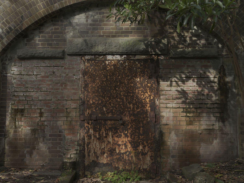 観測所の鉄扉。この部屋は観測所付属室であった。観測所はこの上部にあるが現在は立入禁止。