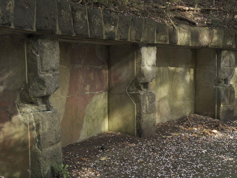 同じく胸墻のクローズアップ。石垣部分には何かを設置していた跡が残っている。