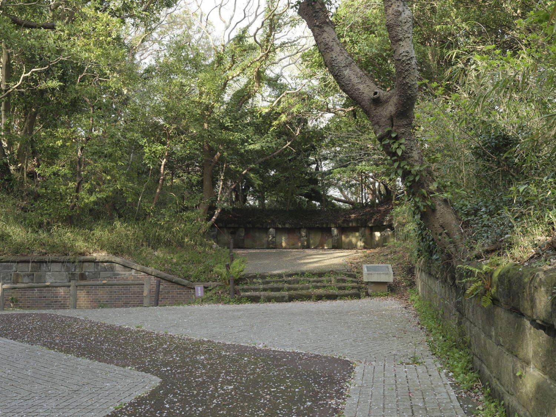 「三軒家砲台跡」は遺跡のように静けさに包まれている。この砲座は第一砲座である。同じような形状で第一〜第四砲座があった。
