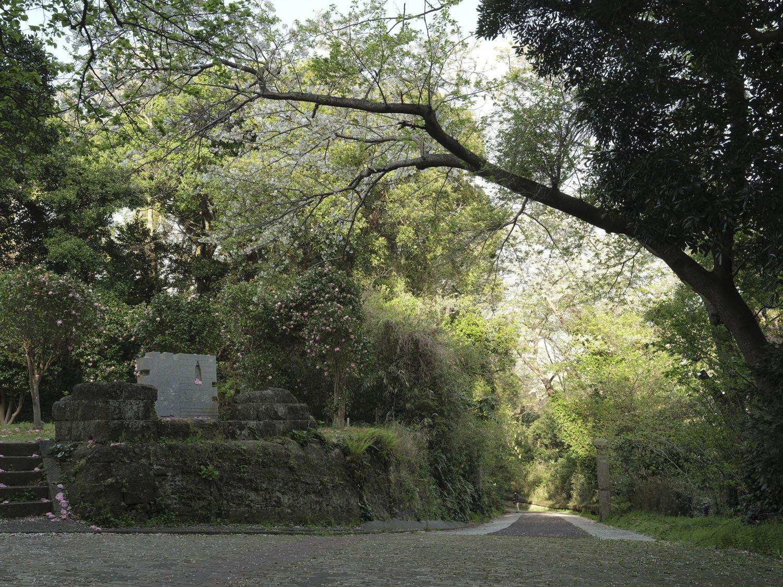 右側が三軒家砲台の入り口部分。年季の入った案内板があった。