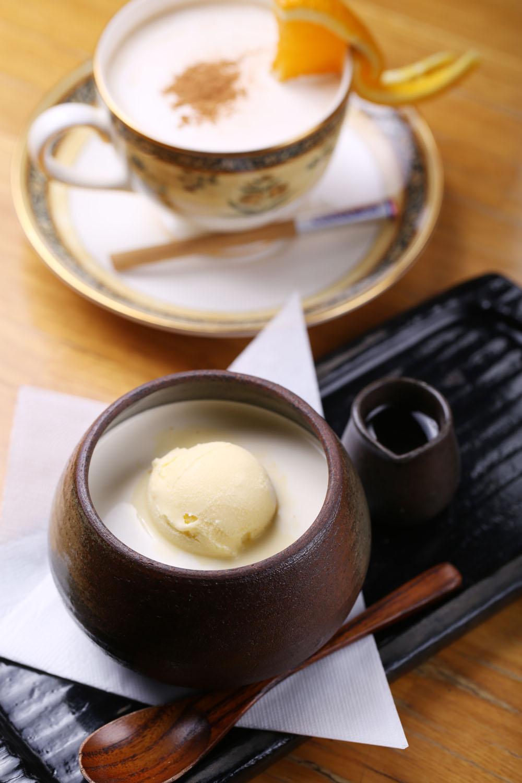 コーヒーゼリー550円。お好みでシロップを。カプチーノ550円。