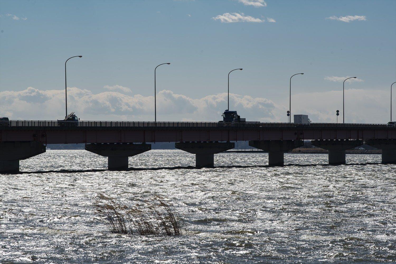 かすみがうら市と行方市を結ぶ霞ケ浦大橋。西に渡るか北上か、分かれ道。