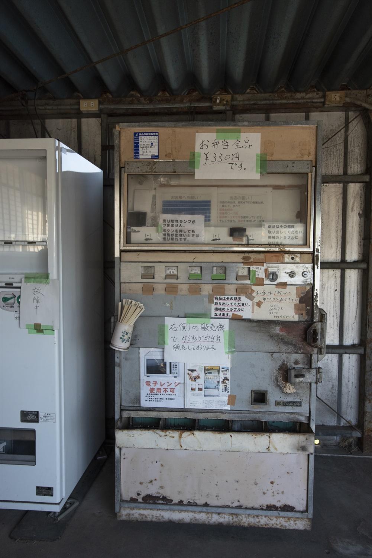 年季の入った自販機。お札と500円玉は使えないので事前に用意を!