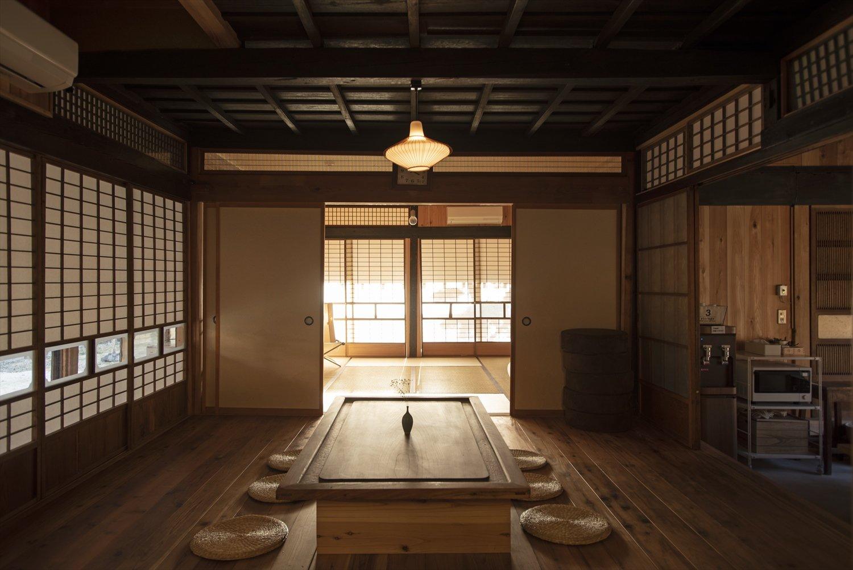 茶の間は共用スペース。酒やつまみを持ち込んで過ごすのも可能だ。