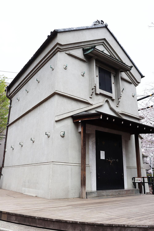 敷地内の蔵は、国の登録有形文化財。