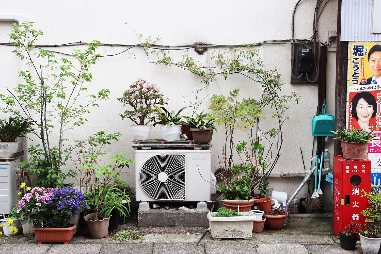 室外機を中心にした園芸空間。