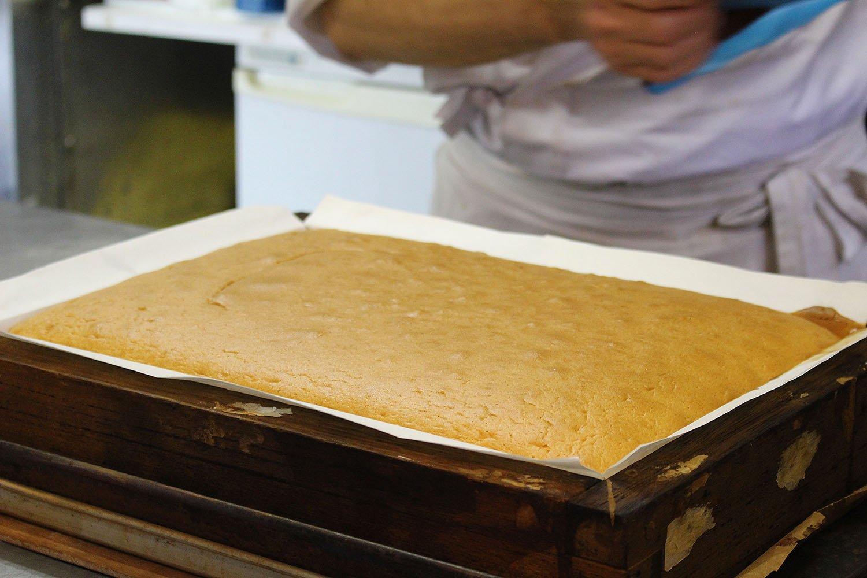 木枠に入れて湯煎焼きした焼きたてのカステラ。伝統的な長崎カステラと、今注目の台湾カステラを融合させた新作。