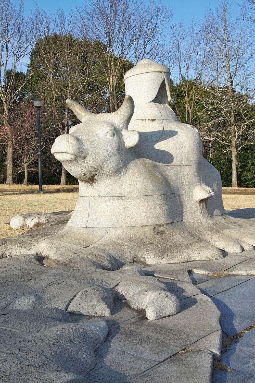 姫を京から乗せてきた牛が身投げしたと伝えられる牛むぐりの池。現在の松虫姫公園に池と像が。京に一緒に戻れず悲しかったけど今は一緒!