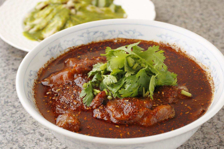 牛肉山椒オイル掛け1980円。蒸し鶏 山椒ソース1650円。用いる青山椒は、清涼感があってフレッシュな印象。添えたキュウリの漬物ともよく合う。