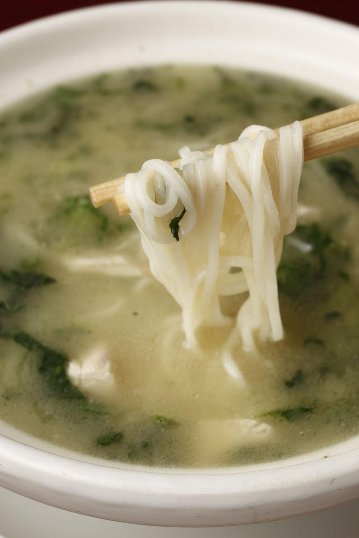特製鶏煮込みそば1430円。控えめな塩味ととろみが独特のスープ。濃厚な鶏ガラの香りが鼻先をくすぐる。