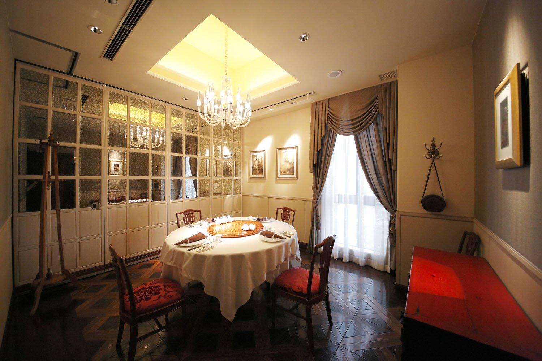 1・2階は広々としたメインダイニング、3階は4名~利用可の個室も。