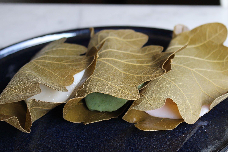 柏餅。左から漉し餡、よもぎ餅の粒餡、みそ餡各210円。