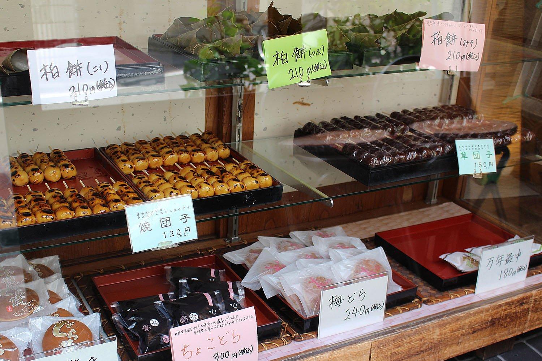 1段目は季節の和菓子、2段目は団子、3段目はどらやきと最中。