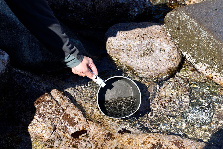 海岸に下りコッヘルで海水をくむ。