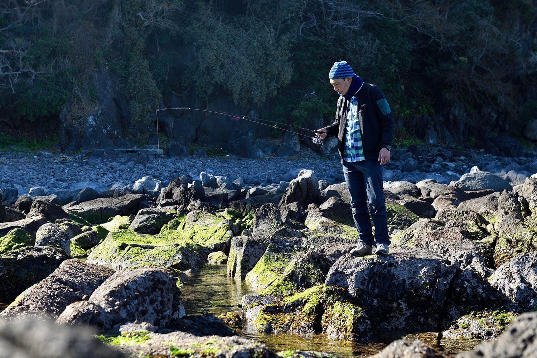 カサゴちゃん、どこにいるかな〜。岩の隙間などに仕掛けを落として魚を釣る穴釣りは、初心者でも挑戦しやすい。ボウズだったけど。