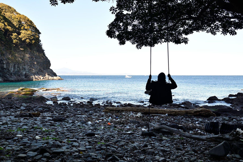 目の前の浜に自生する木の枝には、ブランコを設置。