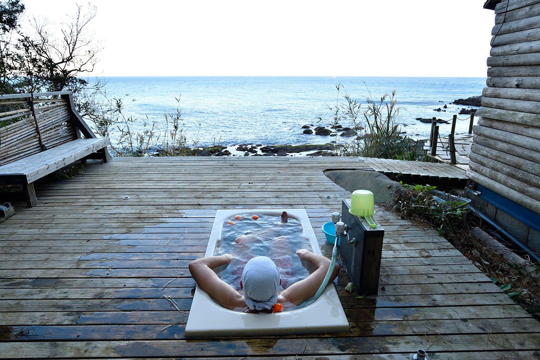 水着着用で入浴の露天風呂は1回500円。日本一開放的なバスタブ? ほわわ〜。体が海にとろけちゃいそう。