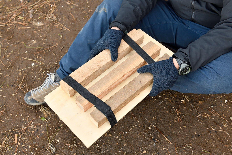 薪をゴム紐で板に固定すれば、テーブルに早変わり。木板をバックパック背面のサイズに切れば、すっぽり収まりかさばらない。