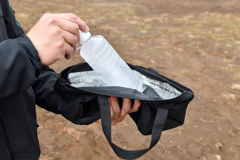 最高気温20℃程度のデイキャンプなら、凍らせた500㎖飲料水で十分保冷剤代わりに。肉などと一緒に保冷バッグへin。溶けたら飲み水や割り水にも!