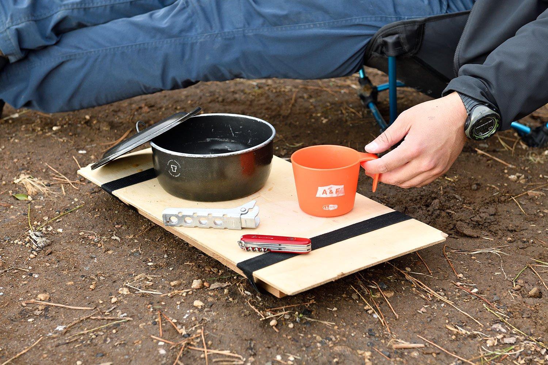 薪や石を脚に、何かと便利なミニテーブル。