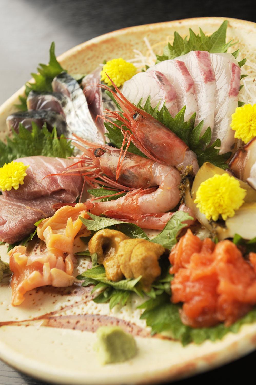 刺し身盛り合わせは1人前1100 円~で、写真は2人前。旬魚が6~9種登場。