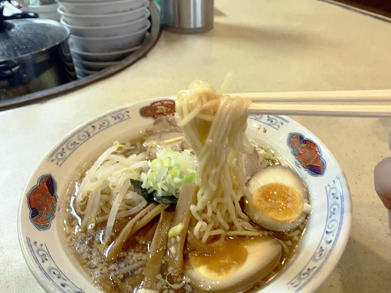 麺は中太のストレートタイプ。スープともよく絡んでツルツル・シコシコの食感がたまらない。