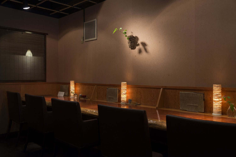 品を漂わせる風情。夜は一品料理をつまみに飲んで、そばで締める客人が多い。