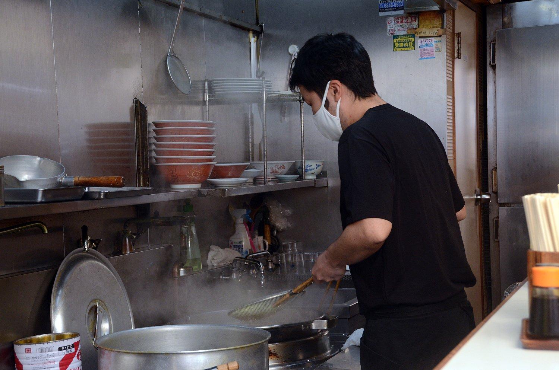 オーダーが入ると、威勢よく調理を開始した小林さん。平網で麺を器用にすくい上げて、丁寧に湯切りしていく。