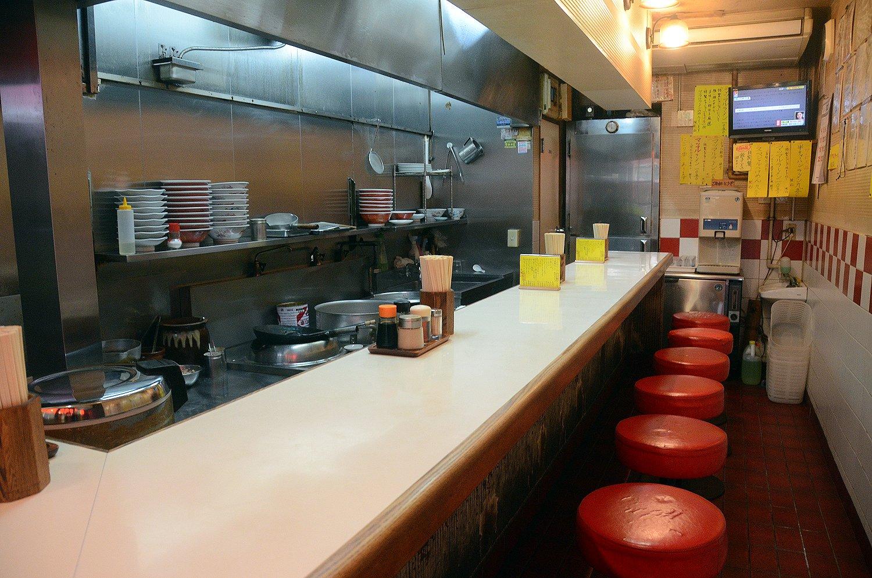 店内はカウンターが10席ほど。あまりの人気ぶりからお昼時になると、行列ができることもしばしば。