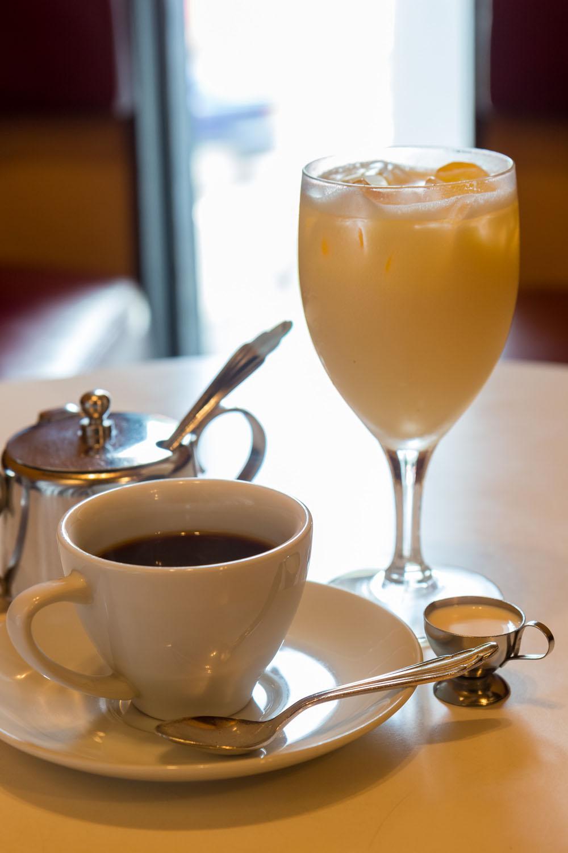 酸味のあるコーヒー600円と昔ながらのミルクセーキ750円。タマゴサンド700円なども美味。