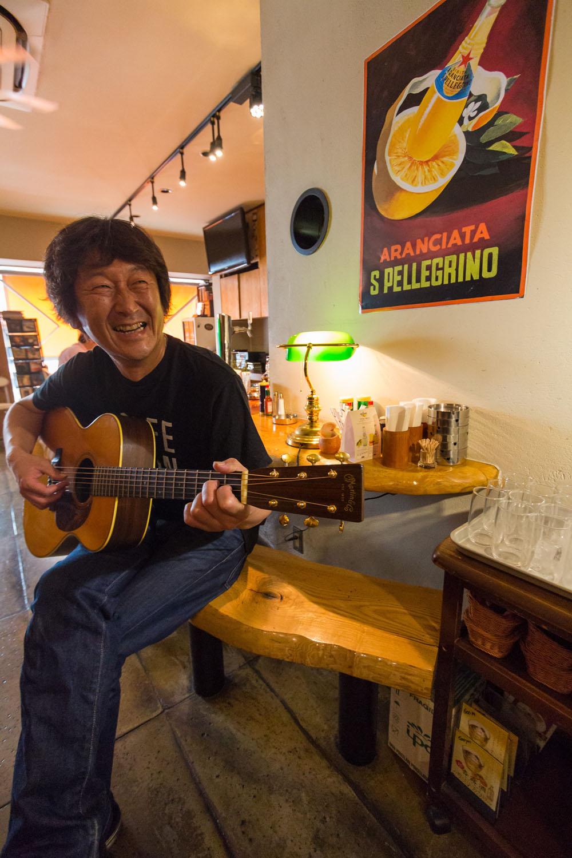 ギターの話で盛り上がるマスターは多趣味でマリンスポーツもこなす。