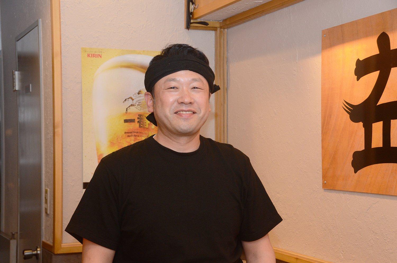 店主の小島勇さん。荻窪の人気ラーメン店を巡って食べ比べてみるなど、日々ラーメンの研究をしているという。