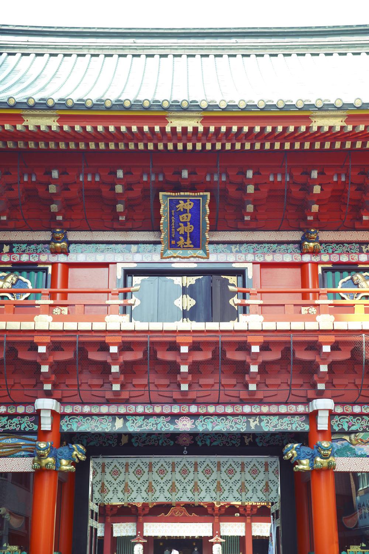 総檜造りの隨神門は1975年の建立。