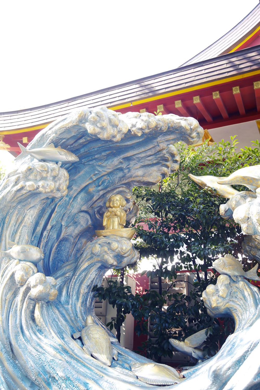 祭神の一柱、少彦名命はイルカや亀など、海の仲間たちに守られている。