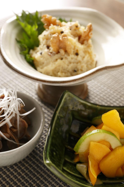 いぶりがっこのポテトサラダ432円(上)、白瓜とコリンキーの塩麹漬420円(右)、砂肝ちりポン酢432円。
