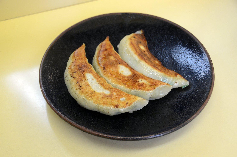 ラーメンとともに人気の餃子(写真は半餃子300円)。かなりのビッグサイズだが、アンの中身は野菜が中心でさわやかな味わいに。