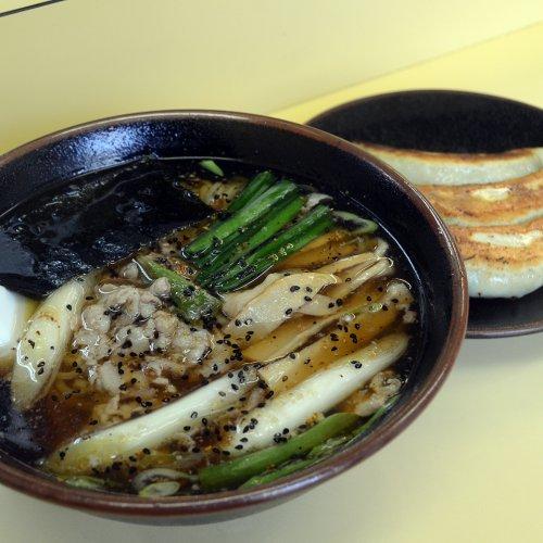 丹念に揉まれた麺が味の決め手。パンチの効いた荻窪だったら『荻窪ラーメン十八番』