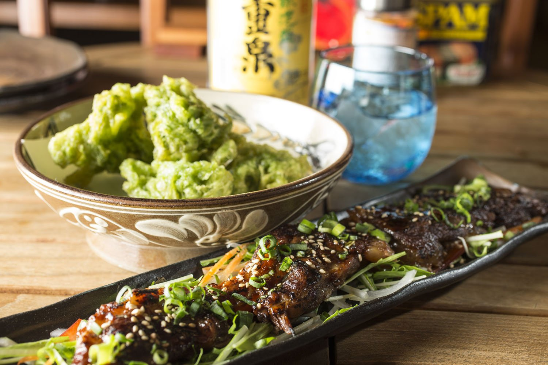 バーナーで仕上げた炙りソーキ940円。魚介類は沖縄から直送で、天ぷら610円の中身は仕入れ状況で変わる。八重泉などえりすぐりの泡盛はグラス550円~。