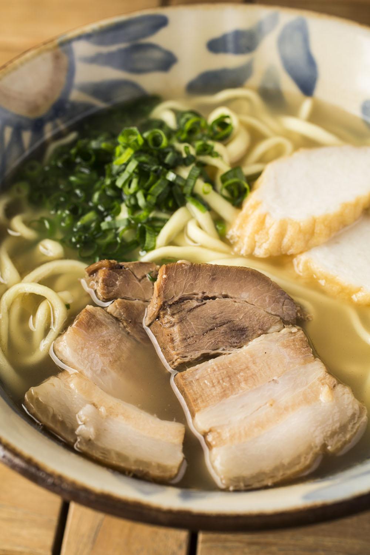 沖縄そば880円。豚バラ三枚肉がトロトロでうれしい。