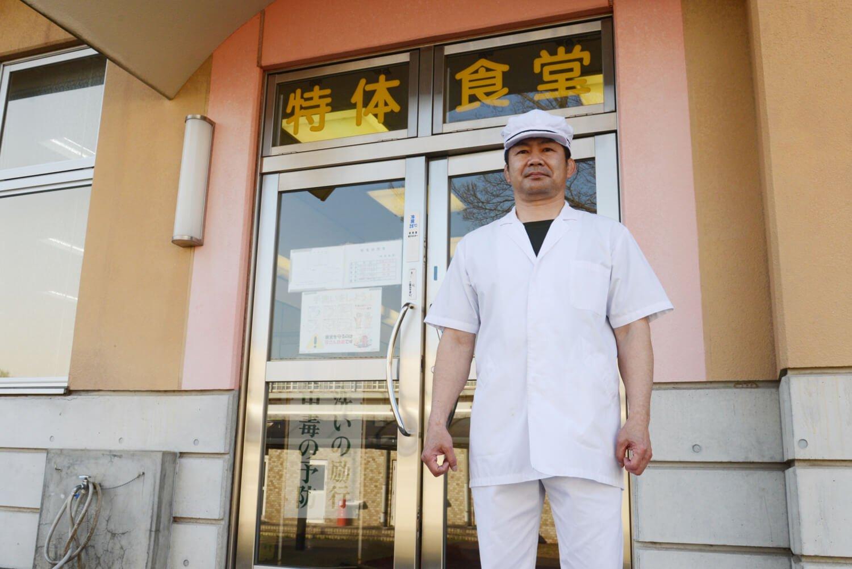 特別食堂勤務の福崎道大さんは元選手で現職8年目。朝4時半から18時の夕食まで栄養士の指導下で、選手約120名分の体を作る食事を担当。(写真提供:自衛隊体育学校)。