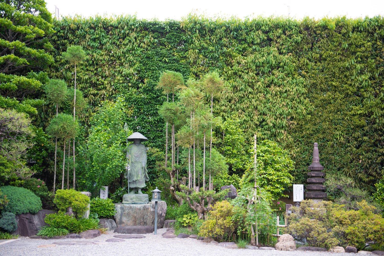 立ち寄る人の心を癒やす小さな庭園。