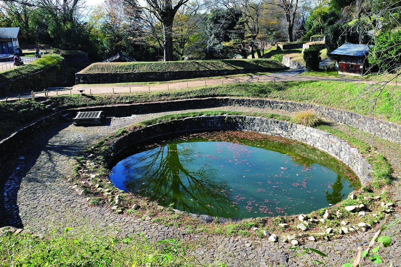 涸れたことがないという本丸そばにある日ノ池。古来から祭祀を行った場所でもある。