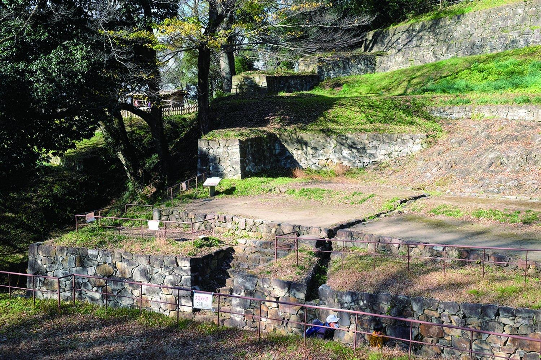 三の丸から延びる壇状の土塁には石組排水路がある。雨水を排水するために何度も改修工 事を行い、城を維持してきた。