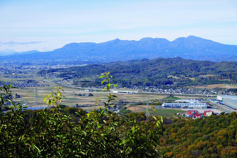 物見台からの眺望。北には赤城山、左手には浅間山も見える。