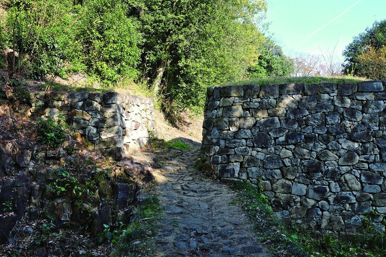 物見台下の虎口。道の正面に石垣があり、先が見通せない工夫がされている。