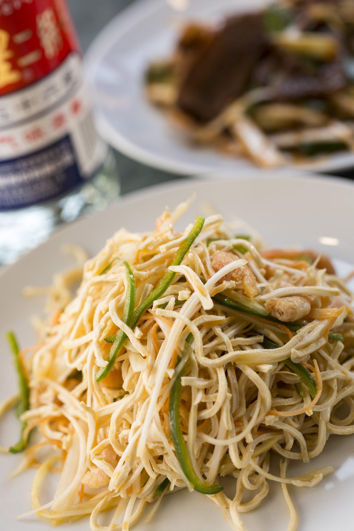 手前は干しエビと乾豆腐の和え物500円。麺状の乾豆腐は中国の定番食材で、コリコリの歯応え。